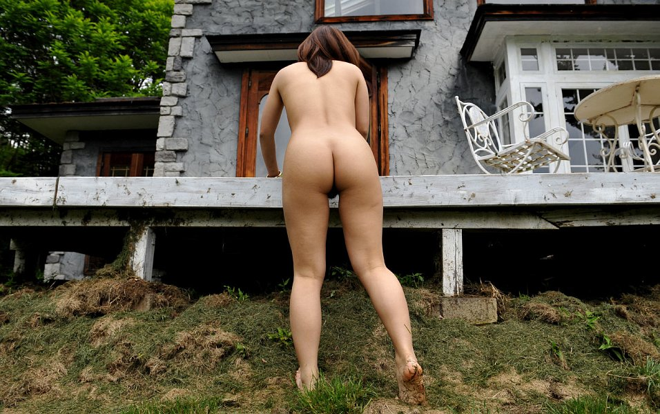 butt-naked-outdoors-girls-comparing-their-breasts