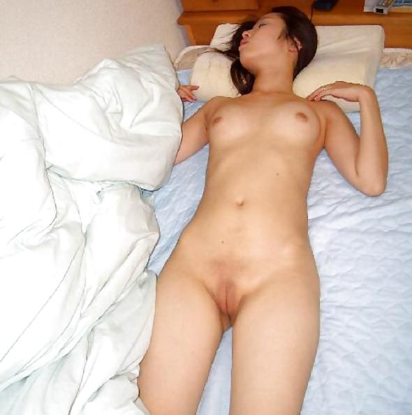 Japanese girlfriend with shaved pussy gets fucked