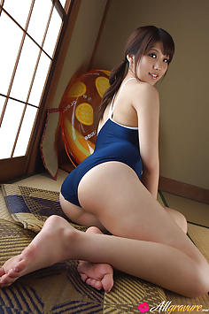 Asami Tsubaki Asian shows hot ass in swimming suit